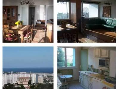 Salon/salle à manger, cuisine et vue sur la mer